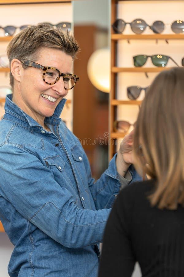 Mujer en una tienda de las gafas imagen de archivo libre de regalías