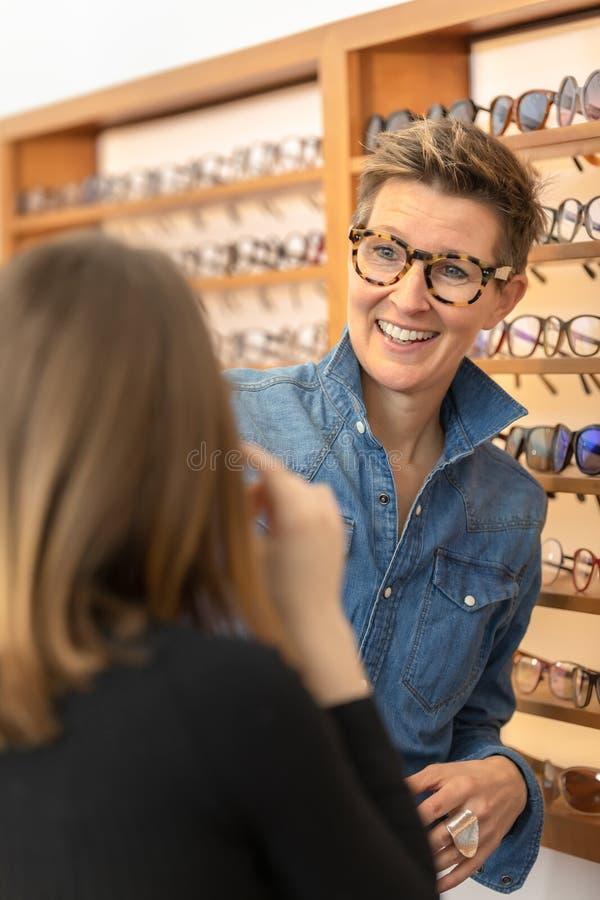 Mujer en una tienda de las gafas imagenes de archivo