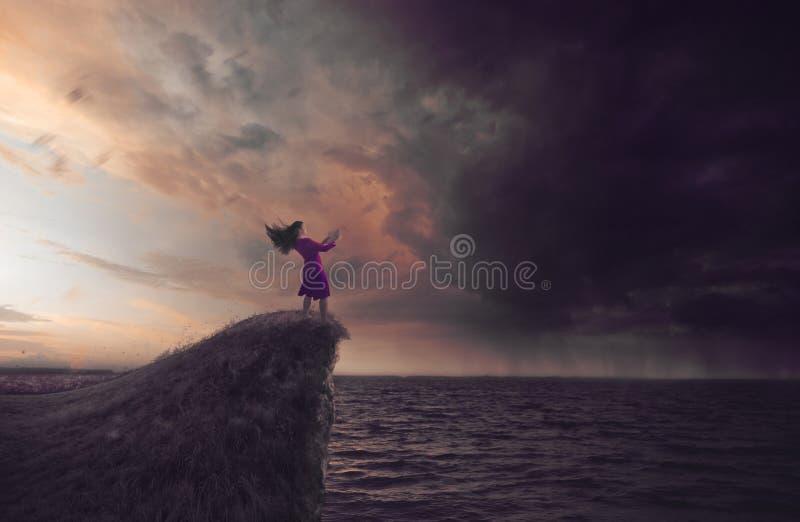 Mujer en una tormenta imagen de archivo libre de regalías