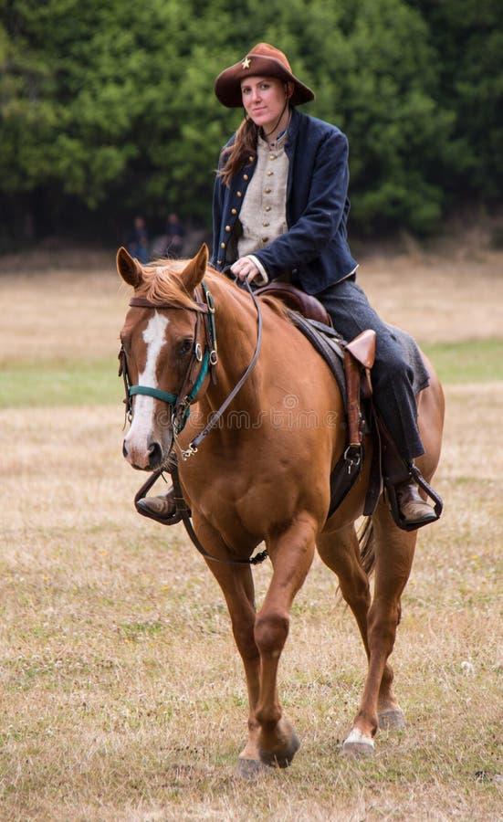 Mujer en uniforme de la unión a caballo foto de archivo libre de regalías