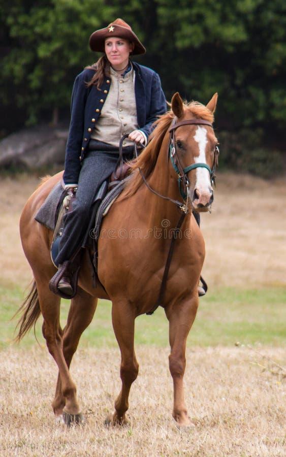 Mujer en uniforme de la unión a caballo imagenes de archivo