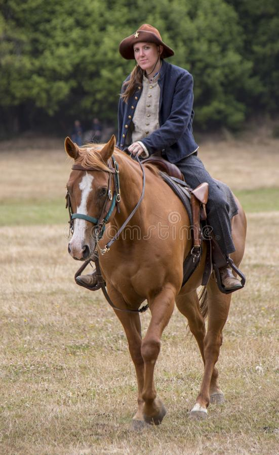 Mujer en uniforme de la Unión a caballo imágenes de archivo libres de regalías