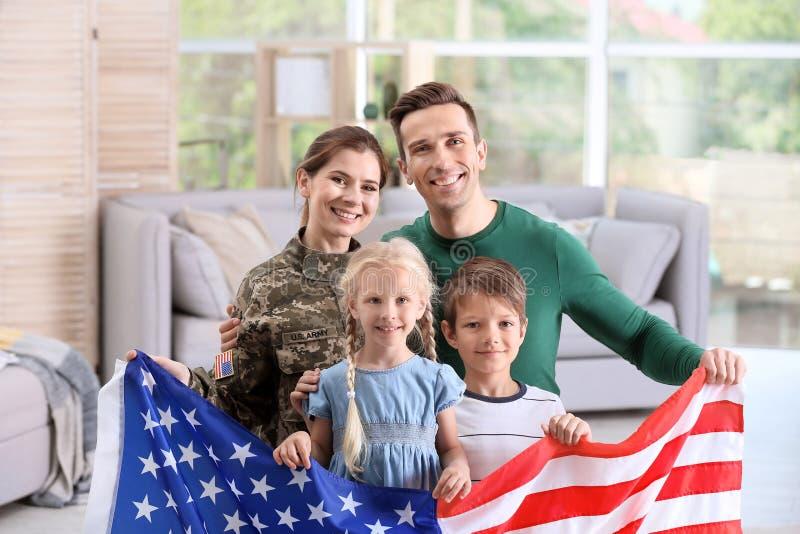 Mujer en uniforme militar con su familia imagenes de archivo