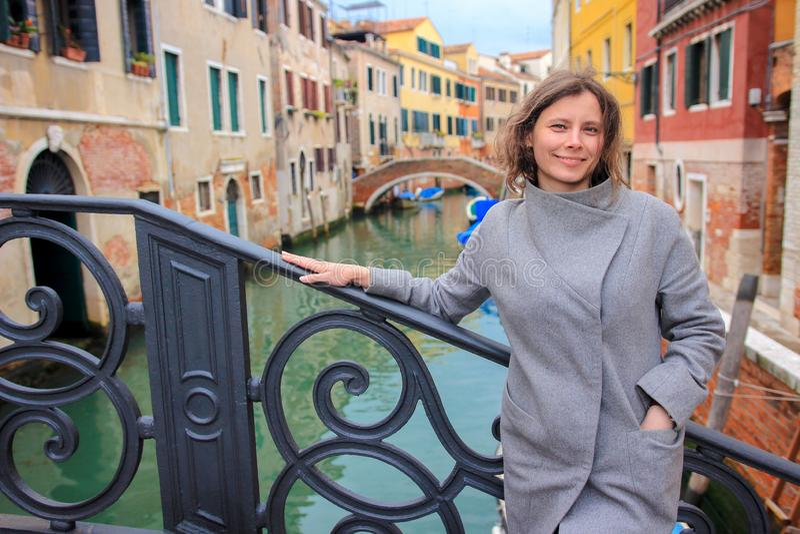 Mujer en Venecia, Italia Muchacha tur?stica en Venecia Retrato de la mujer atractiva contra el canal veneciano imagen de archivo libre de regalías