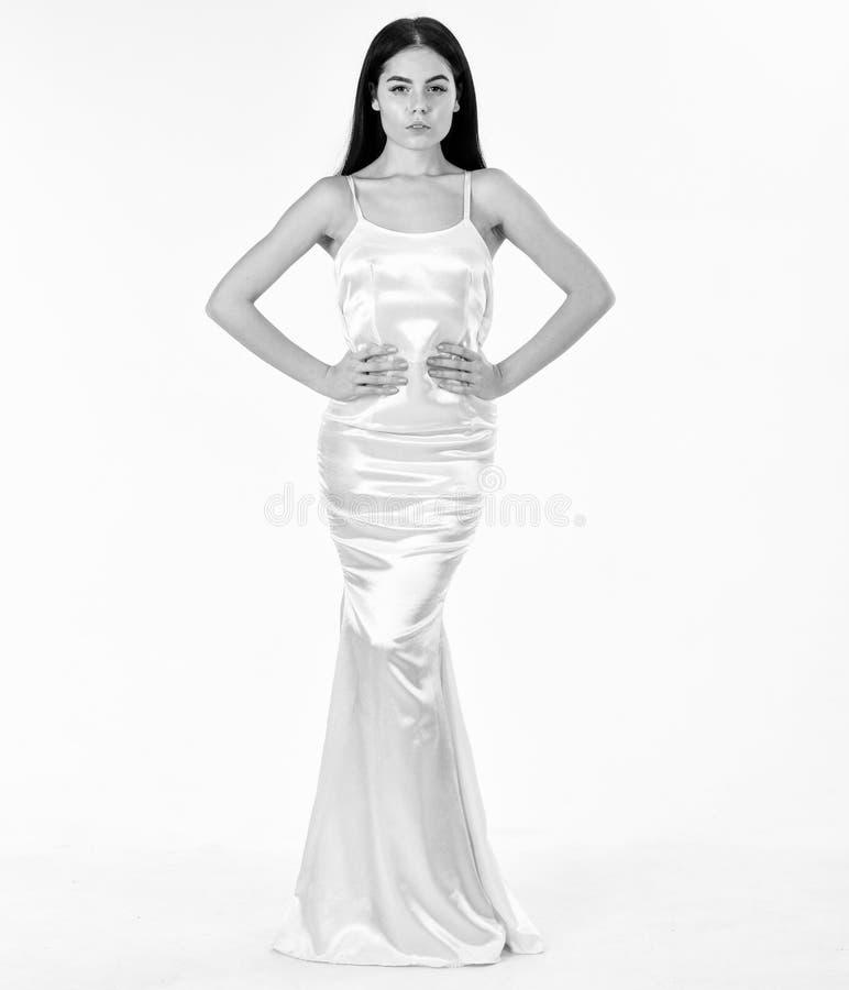 Mujer en vestido blanco elegante con el pelo largo, fondo blanco Concepto del vestido elegante El modelo de moda lleva costoso foto de archivo libre de regalías