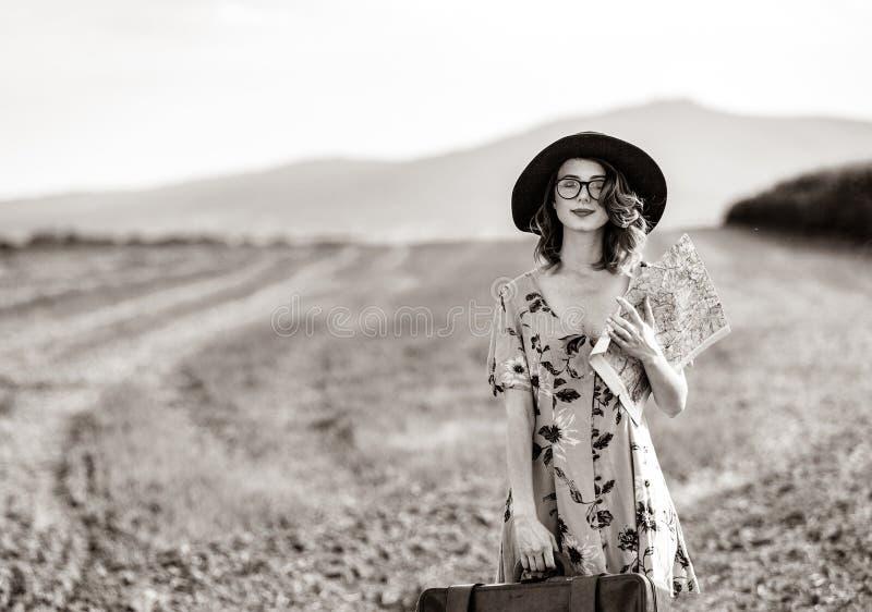 Mujer en vestido con el mapa y la maleta fotografía de archivo