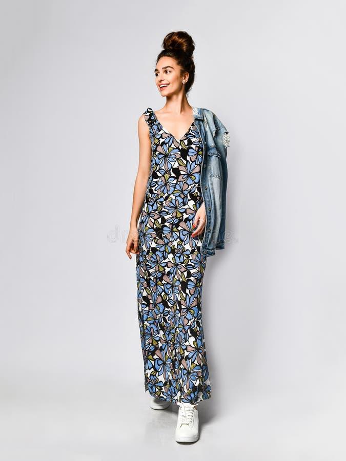 Mujer en vestido de flores largo en la tienda de la moda - retrato de la muchacha en una tienda de ropa en un vestido maxi del ve fotografía de archivo
