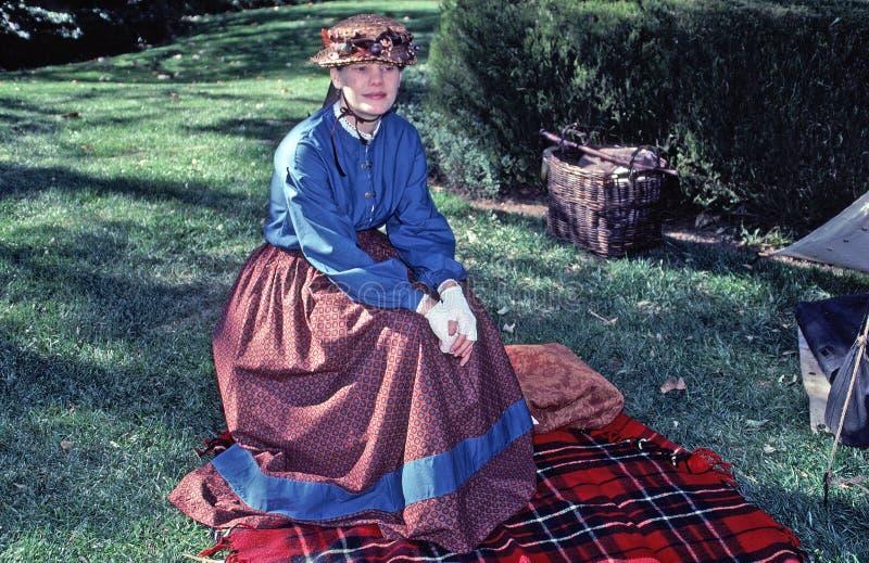 Mujer en vestido de la era de la guerra civil fotos de archivo