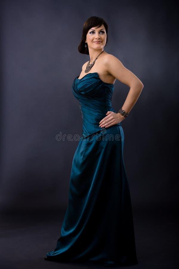 Mujer en vestido de noche foto de archivo libre de regalías