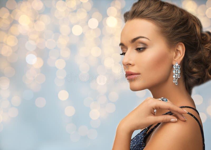 Mujer en vestido de noche con el pendiente del diamante fotografía de archivo libre de regalías