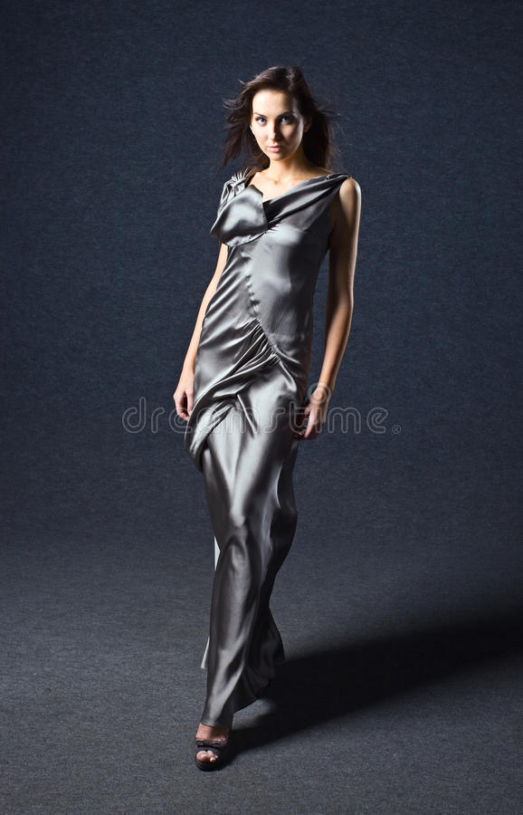 Mujer en vestido de noche gris. fotos de archivo libres de regalías