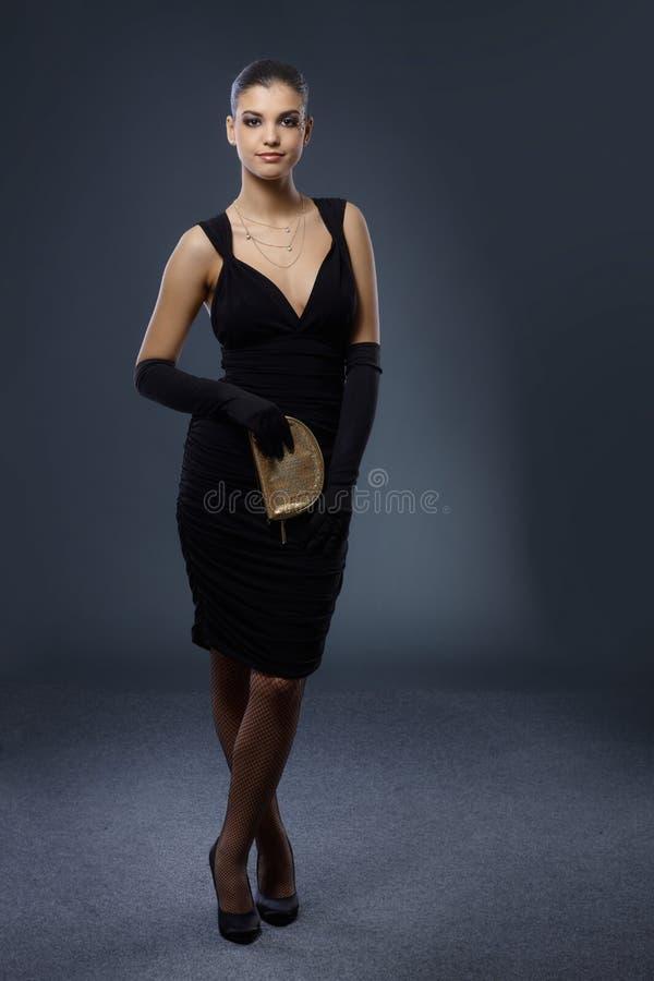 Mujer en vestido de noche negro elegante imágenes de archivo libres de regalías