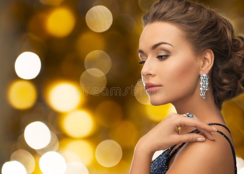 Mujer en vestido de noche y pendiente del diamante imagen de archivo libre de regalías