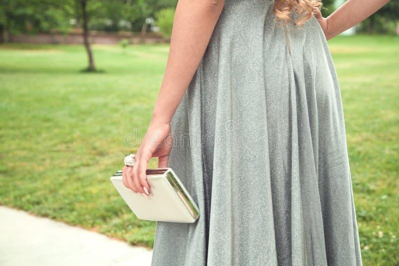 Mujer en vestido de plata brillante que camina en el parque fotos de archivo libres de regalías