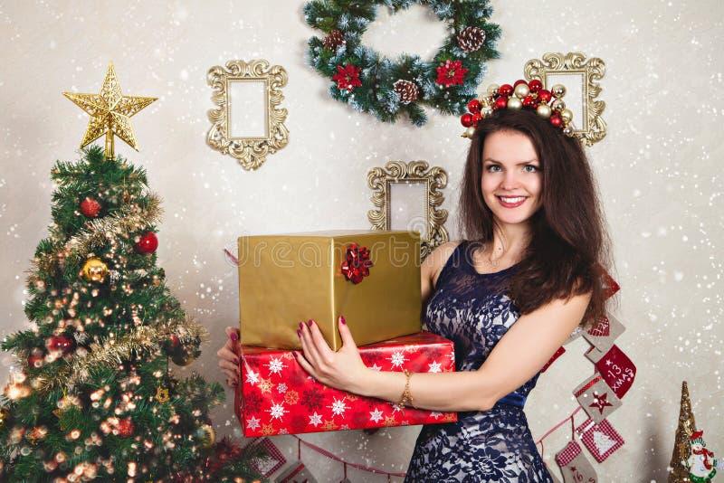 Mujer en vestido del cordón y regalos festivos de la Navidad fotografía de archivo libre de regalías
