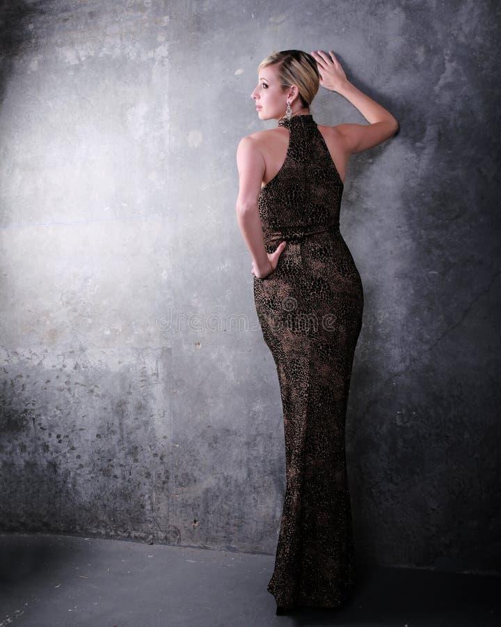 Mujer en vestido formal imagen de archivo libre de regalías