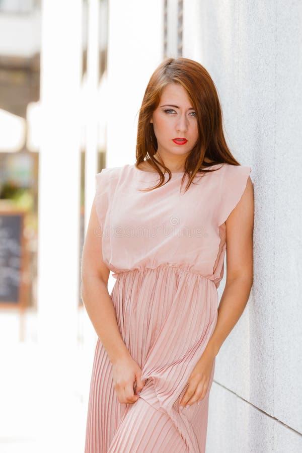 Mujer En Vestido Largo Que Camina En La Calle De La Ciudad Foto de ...