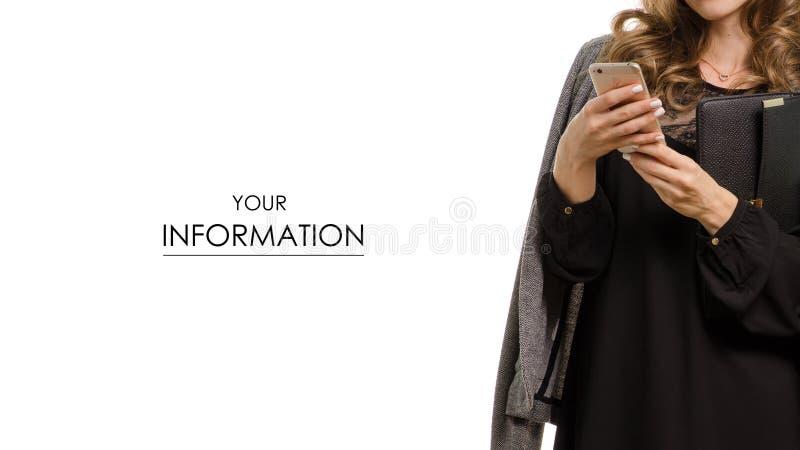 Mujer en vestido negro con la chaqueta en modelo del teléfono móvil del smartphone de las manos imagen de archivo libre de regalías