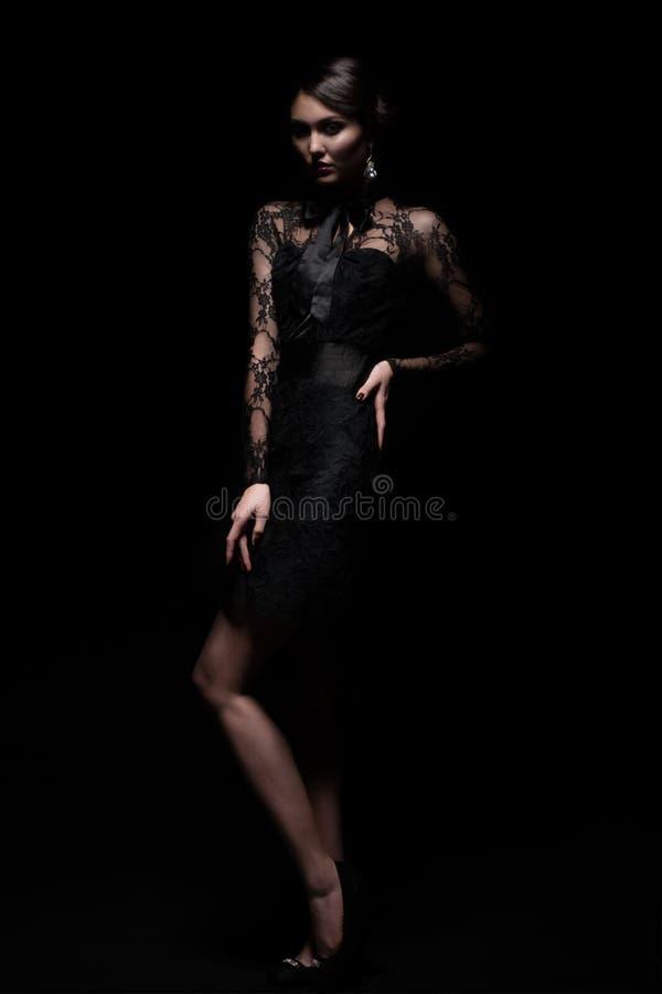 Mujer en vestido negro del cordón foto de archivo