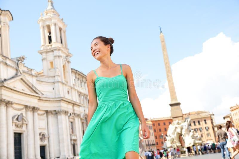 Mujer en vestido verde en Roma, Italia fotografía de archivo