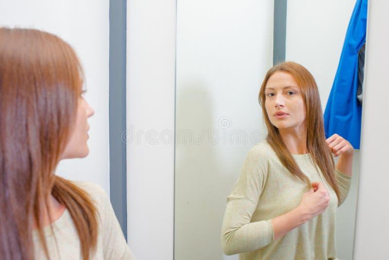 Mujer en vestuario imagen de archivo libre de regalías