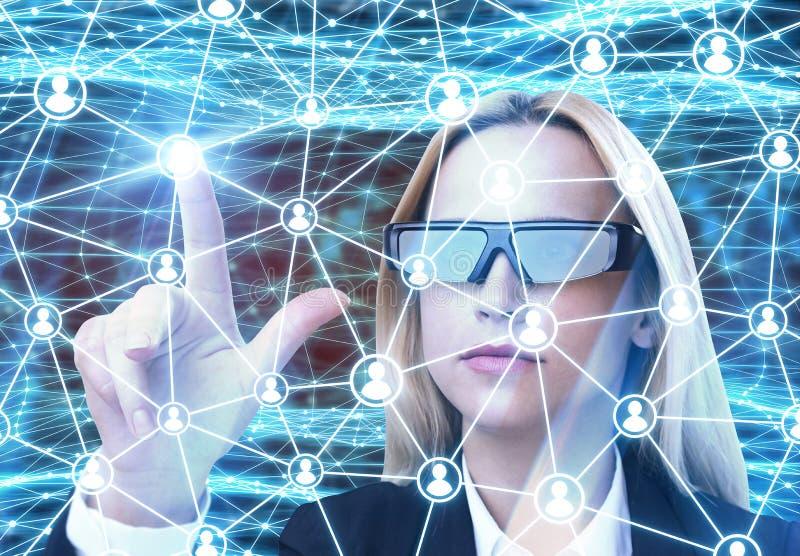 Mujer en vidrios aumentados de la realidad, red imágenes de archivo libres de regalías