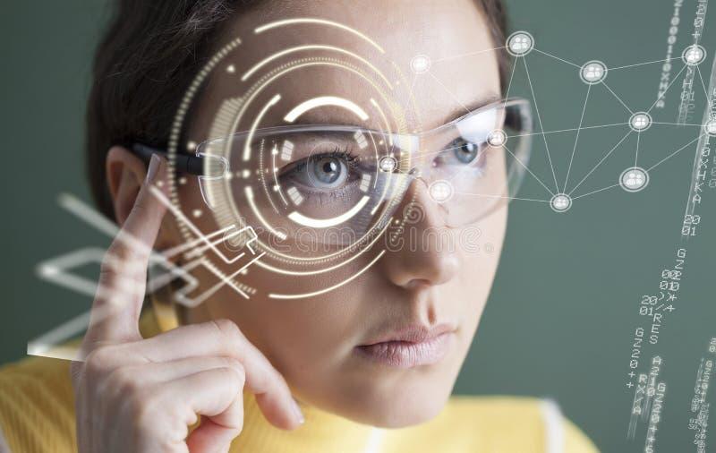 Mujer en vidrios con la pantalla virtual