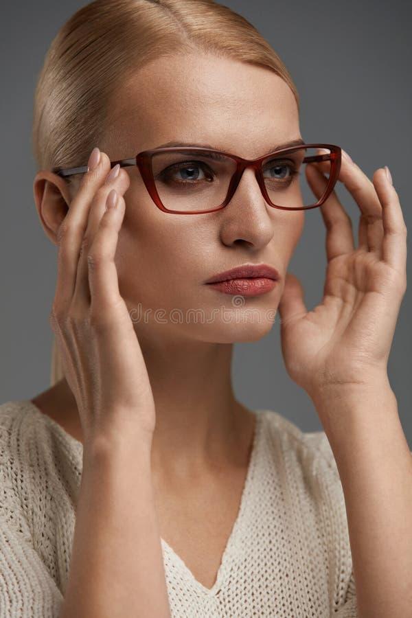Mujer en vidrios de la moda Hembra hermosa en lentes elegantes fotos de archivo