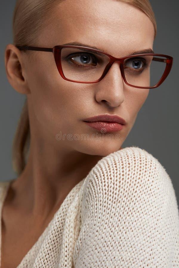 Mujer en vidrios de la moda Hembra hermosa en lentes elegantes foto de archivo