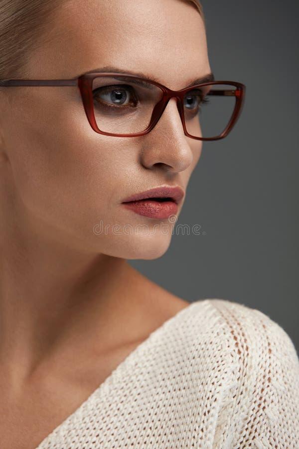 Mujer en vidrios de la moda Hembra hermosa en lentes elegantes fotografía de archivo