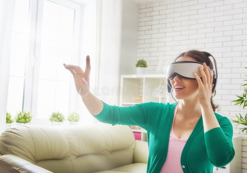 Mujer en vidrios de la realidad virtual fotos de archivo