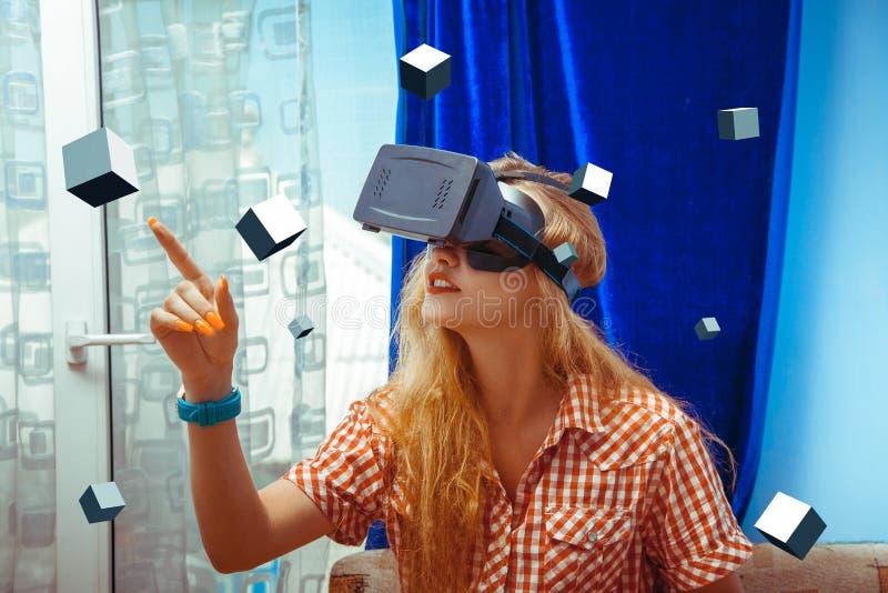 Mujer en vidrios de VR imagen de archivo libre de regalías