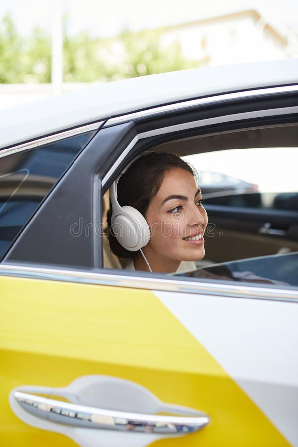 Mujer en vista lateral del taxi foto de archivo