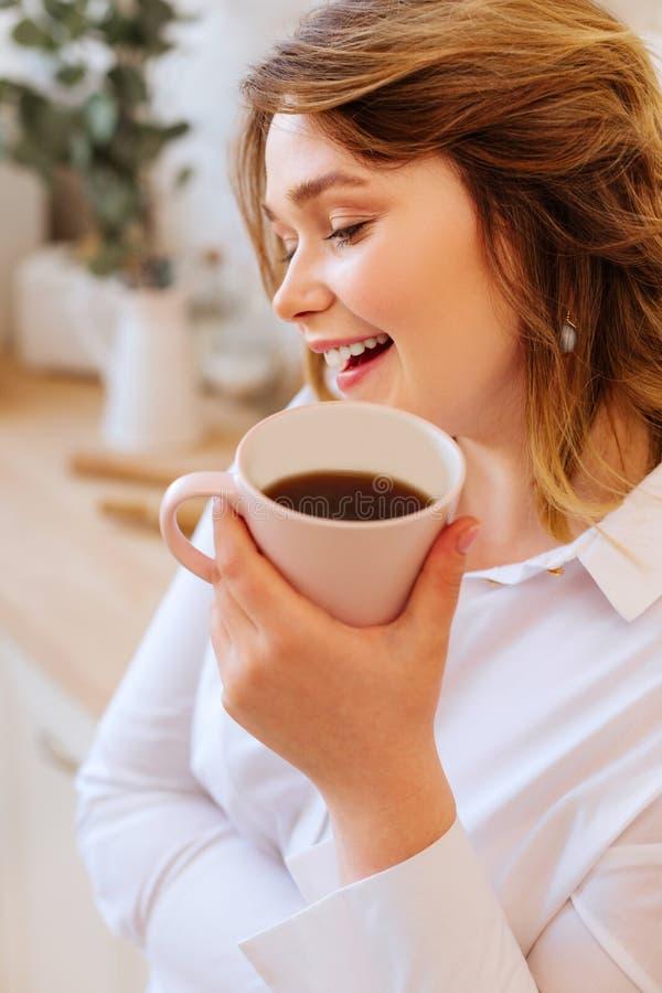 Mujer encantada feliz que est? en un gran humor foto de archivo libre de regalías