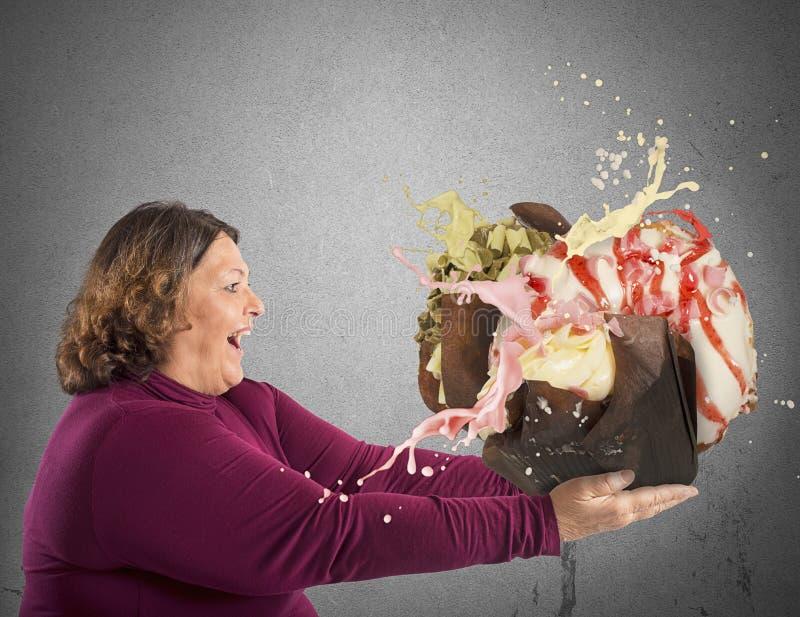 Mujer encantada por el dulce foto de archivo