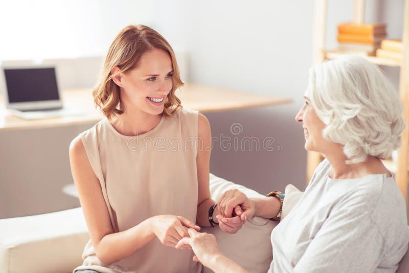 Mujer encantada que descansa con su abuela imágenes de archivo libres de regalías