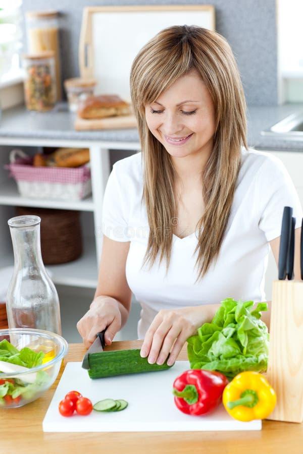 Mujer encantada que prepara una comida sana fotografía de archivo libre de regalías