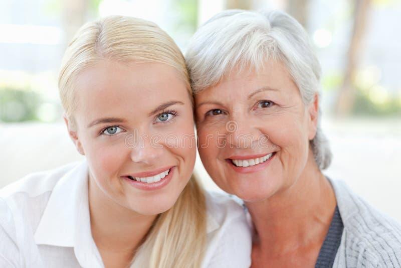 Mujer encantadora con su madre foto de archivo libre de regalías