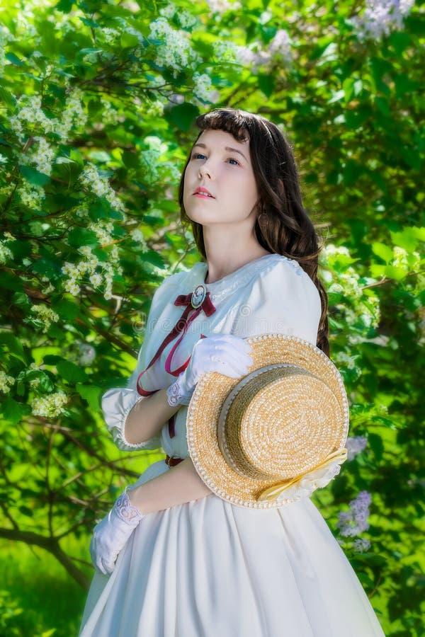 Mujer encantadora del retrato en el vestido blanco imagenes de archivo