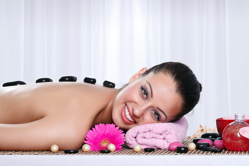 Mujer encantadora que tiene un masaje en un balneario fotografía de archivo libre de regalías