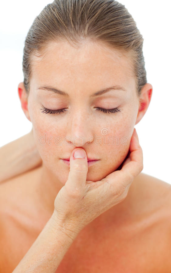 Mujer encantadora que tiene un masaje principal en un balneario imagen de archivo