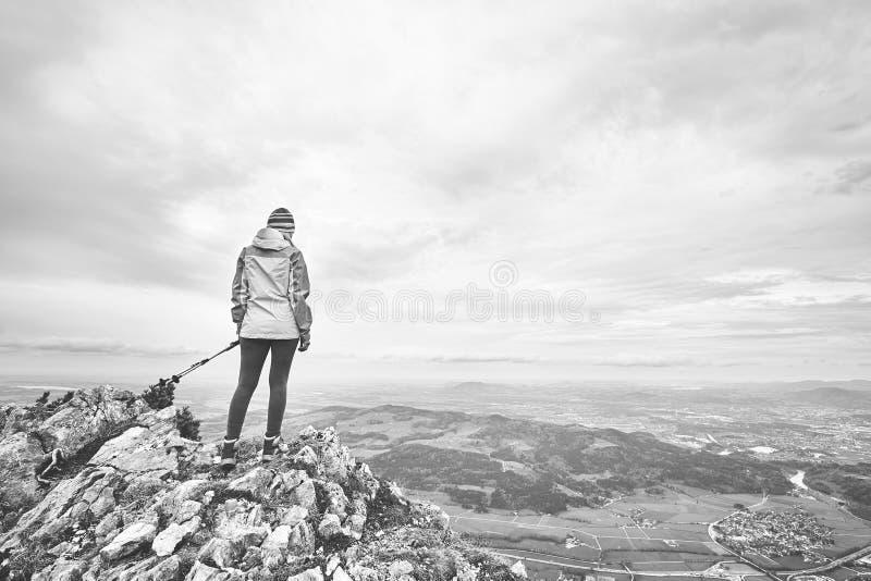 Mujer encima de la montaña fotografía de archivo