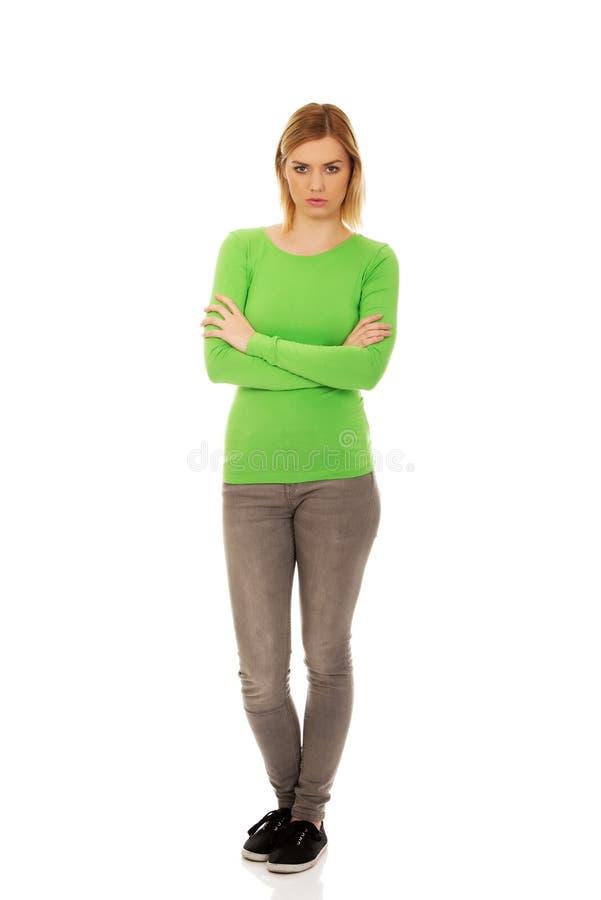 Mujer enfadada con los brazos cruzados foto de archivo
