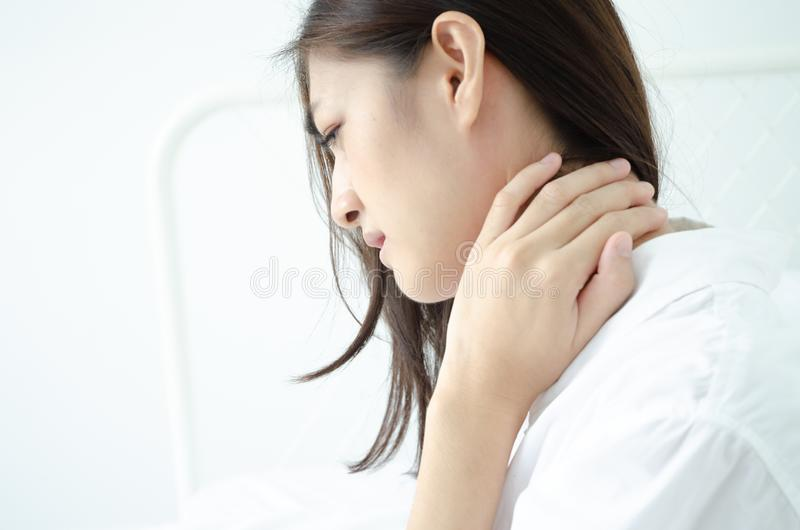 Mujer enferma con dolor foto de archivo