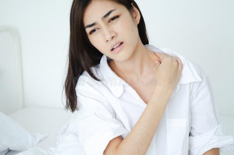 Mujer enferma con dolor imagen de archivo