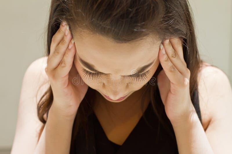 Mujer enferma con el dolor de cabeza, jaqueca, tensión imagenes de archivo