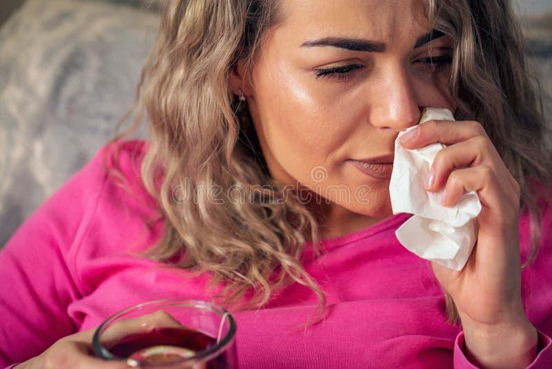 Mujer enferma con la taza de té en casa fotografía de archivo