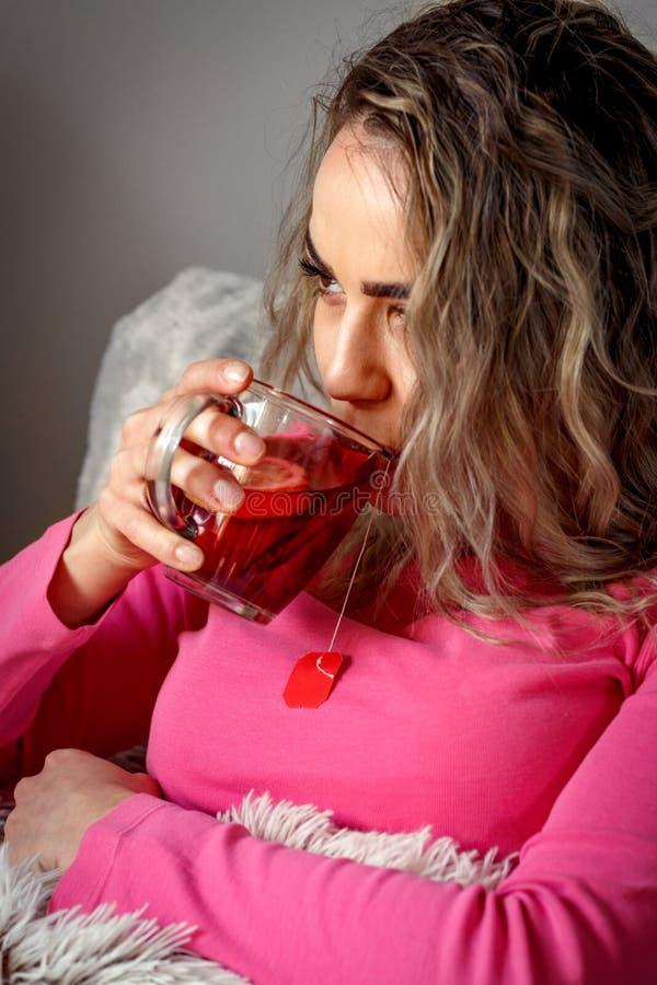 Mujer enferma con la taza de té - triste y que se siente mal fotografía de archivo libre de regalías