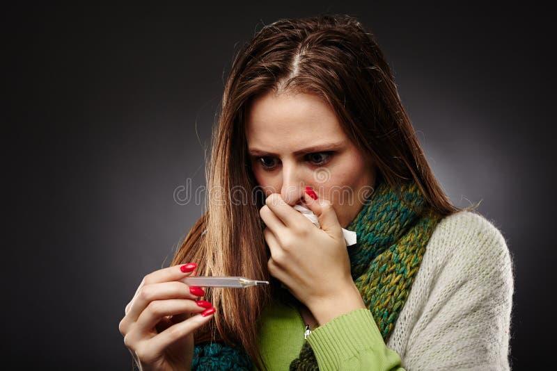 Mujer enferma preocupante con gripe imágenes de archivo libres de regalías