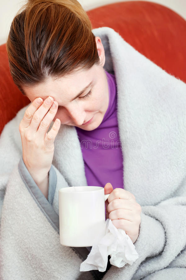 Mujer enferma que tiene dolor de cabeza imagen de archivo